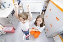 在医生参观的愉快的孩子 免版税库存照片