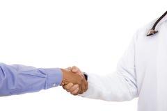 在医生和患者之间的握手 免版税图库摄影