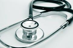 在医生的书桌上的听诊器 库存照片