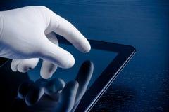 在医疗手套感人的现代数字式片剂个人计算机的手 免版税库存图片