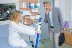 在医疗设备的勘测 免版税图库摄影