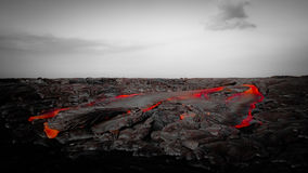 在贫瘠风景的强烈的红色熔岩流 免版税图库摄影