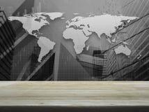 在黑白世界地图的空的棕色木台式与 库存图片