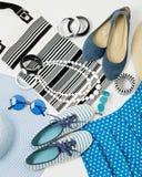 在黑白和蓝色颜色-帽子克洛的时装配件 免版税库存照片
