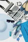 在黑白和蓝色颜色-帽子克洛的时装配件 免版税库存图片
