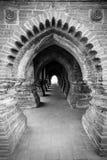在黑白照片的对称曲拱 免版税库存图片
