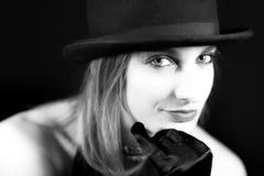 在黑白白肤金发的妇女的画象有圆顶硬礼帽的 库存照片