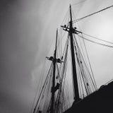 在黑白的两条小船帆柱 库存照片
