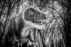 在黑白的剧烈的恐龙雕塑 库存照片