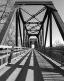 在黑白的历史的支架火车桥梁 免版税库存图片