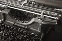 在黑白的原始的古色古香的打字机 免版税图库摄影