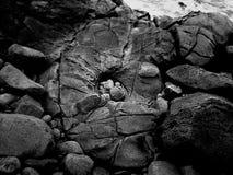 在黑白的多岩石的海滩射击 库存图片