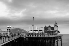 在黑白的布赖顿码头 库存图片