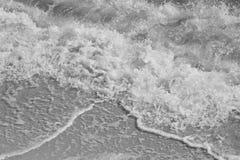 在黑白的海浪 免版税库存图片