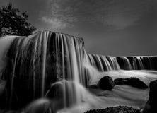 在黑白的瀑布 库存图片