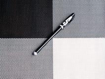 在黑白的背景的黑白的笔 免版税库存照片