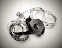 在黑白的葡萄酒的被展开的35mm电影卷轴 免版税库存照片