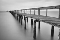 在黑白的镇静场面与被放弃的跳船 免版税图库摄影