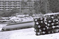 在黑白的beachin的Lifebuoy黑色 免版税库存照片