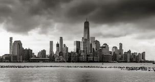 在黑&白色的纽约财政区地平线 更低的曼哈顿时间间隔  股票录像