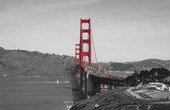 在黑白色的金门桥和红色,旧金山,加利福尼亚,美国 库存图片