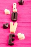 在黑白,心脏和词的巧克力糖爱 库存图片