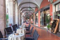 在画廊的一个开放咖啡馆在比萨街道上  库存图片