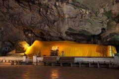 在洞的一个金黄菩萨雕象 库存照片