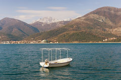 在水的一条白色小船 免版税库存图片