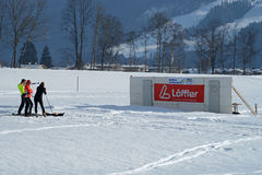 在他们的两项竞赛训练期间的北欧滑雪atlets射击 免版税库存照片