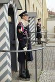 在他们的义务的皇家卫兵在布拉格城堡 免版税图库摄影