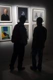 在画廊的人观看的艺术 免版税库存照片