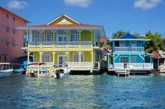 在水的典型的加勒比殖民地家 库存图片