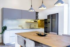 在轻的内部的现代厨房设计 库存图片