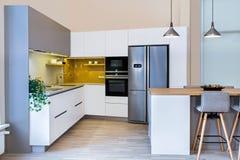 在轻的内部的现代厨房设计 免版税图库摄影