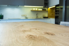 在轻的内部的现代厨房设计 免版税库存照片
