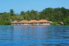 在水的加勒比假期房子在巴拿马 库存照片