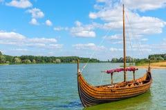 在水的北欧海盗小船 免版税库存图片