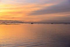 在水的反射在日落时间 免版税库存图片