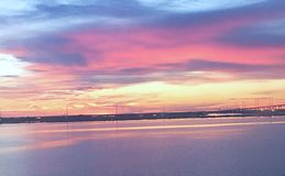 在水的反射性日落 库存图片