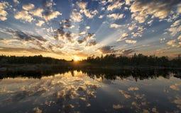 在水的反射的沈默8月晚上 免版税库存照片