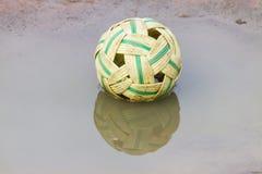 在水的反撞力排球的藤球或Sepak raga 库存照片
