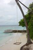 在绳索的吊床在海洋海滩 图库摄影