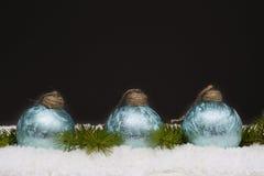 在轻的地毯的蓝色玻璃球 免版税库存照片