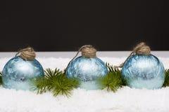 在轻的地毯的蓝色玻璃球 库存图片
