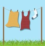 在绳索的垂悬的衣裳 免版税库存图片