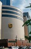 在他们的大厦的UPS商标由西边高速公路 免版税库存照片