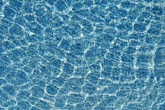在水的太阳反射在游泳池 免版税库存照片