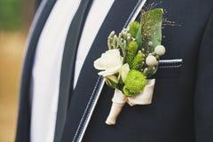 在他的夹克的钮扣眼上插的花 库存照片