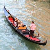 在水的威尼斯长平底船与人,从上面 免版税库存图片